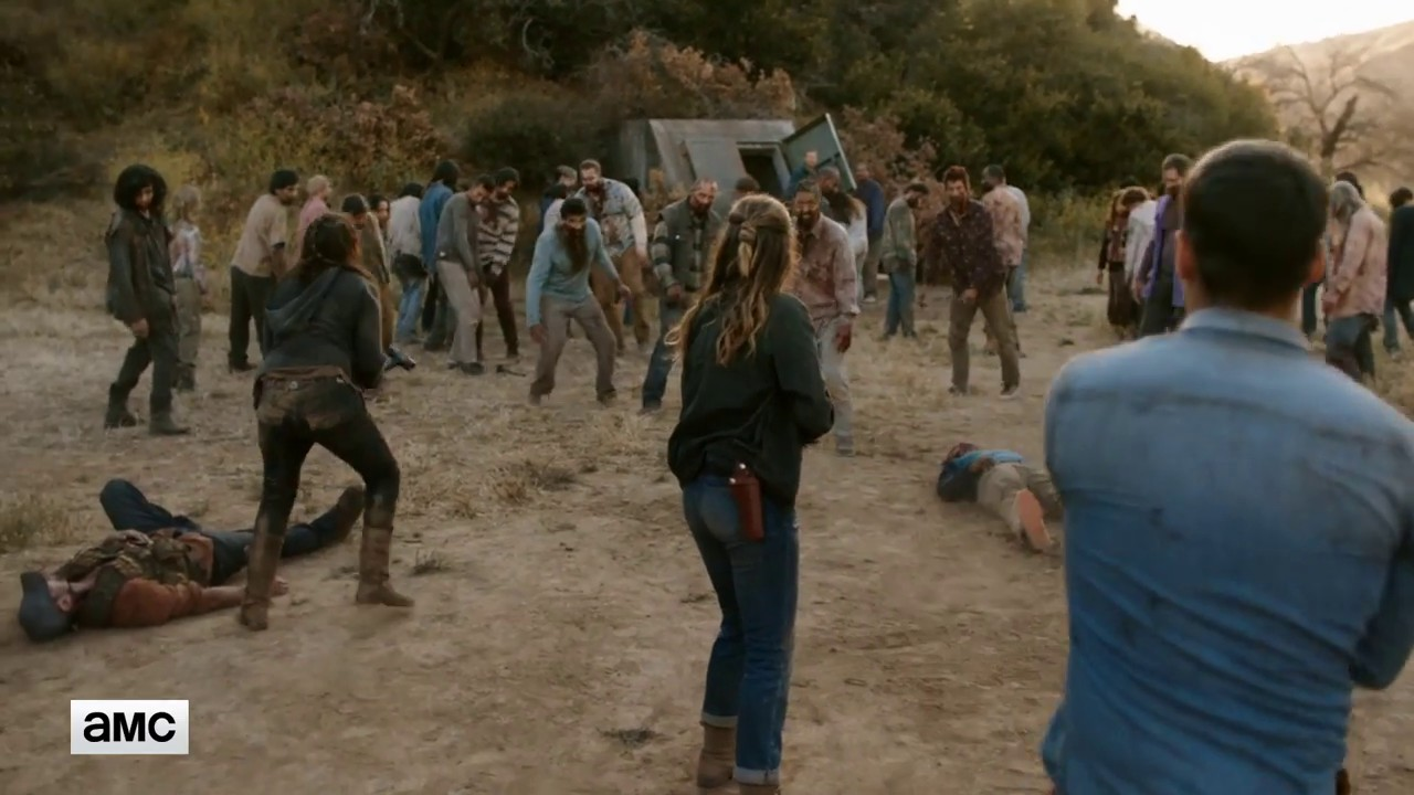 Image de Ofelia, Alicia et Crazy Dog face à la horde de zombies de l'épisode 12 de la saison 3 de Fear The Walking Dead