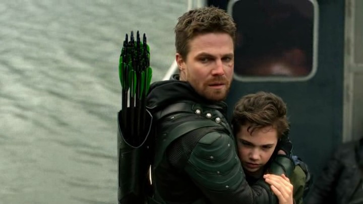 Image de Oliver Queen et son fils William dans l'épisode final de la saison 5 de Arrow