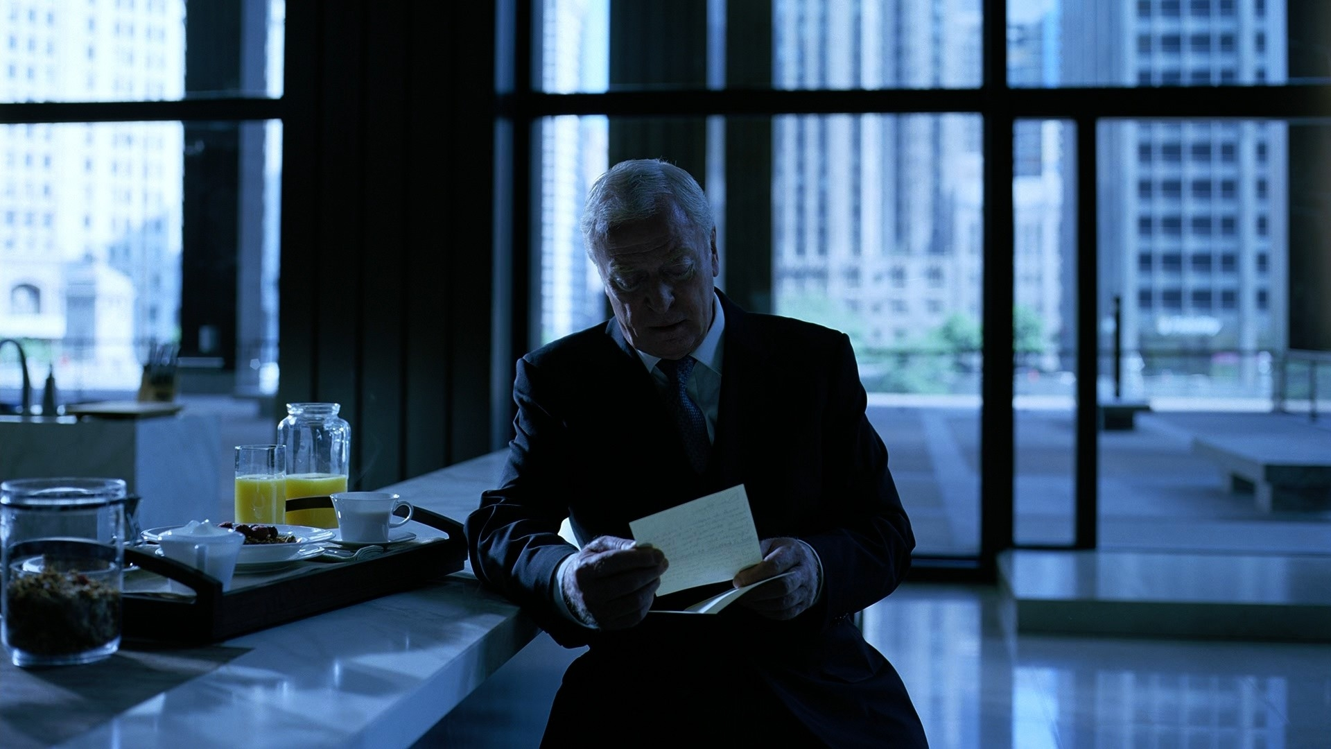 Image d'Alfred Pennyworth dans le film Batman Dark Knight de Christopher Nolan